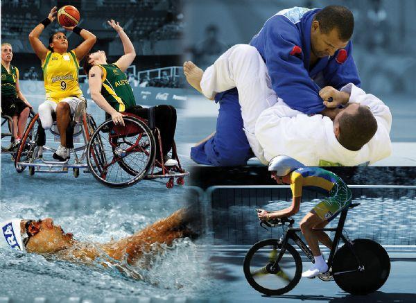 Uma montagem com quatro fotos, sendo duas acima e duas abaixo. No quadrante de cima, à esquerda, mostra três atletas de basquete adaptado, sendo uma brasileira e duas australianas, jogando em cadeiras de rodas. No quadrante de cima, à direita, dois atletas de judô lutando do tatame, sendo que o que está por cima está de quimono azul e o que está por cima utiliza quimono branco. No primeiro quadrante de baixo, há um nadador na piscina com uma touca branca. No segundo quadrante de baixo temos um ciclista com um macacão do Brasil pedalando em uma via. Fim da descrição