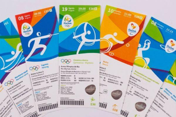 Imagem na horizontal. Um leque com cinco ingressos para os Jogos Olímpicos e Paralímpicos em um fundo branco.Fim da descrição.
