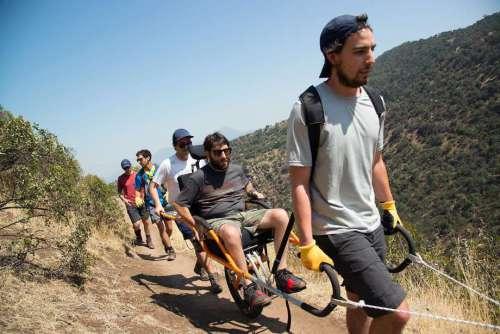 Uc-berkeley-aluno-alvaro-silberstein-se-em-um-cadeira-de-rodas-com-ajuda-de-amigos-para-trek-três-selvagem-regiões-em-chiles-torres-del-paine-park