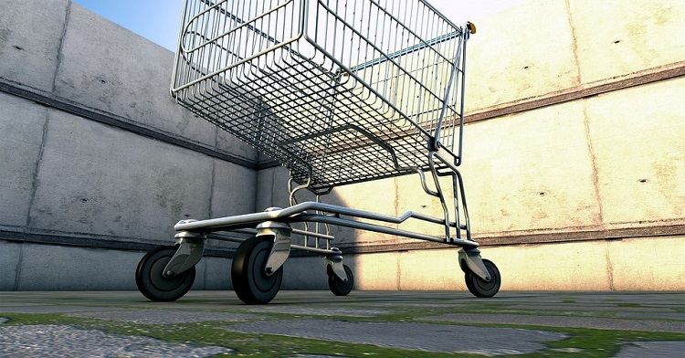 Foto de um carrinho de supermercado vazio, visto de baixo