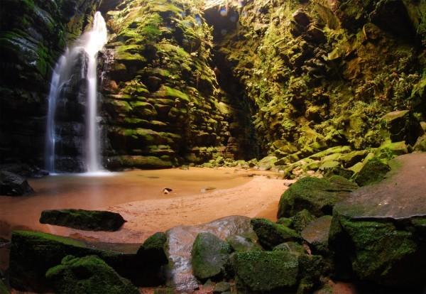 Cachoeira da furna Buraco do Padre, no distrito de Itaiacoca, em Ponta Grossa — a 100 quilômetros de Curitiba. Foto: Divulgação