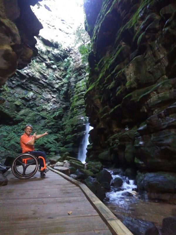O visitante Noel Kostiurezko foi o primeiro cadeirante a completar a trilha, a convite da gerência do Buraco do Padre. Foto: Acervo pessoal