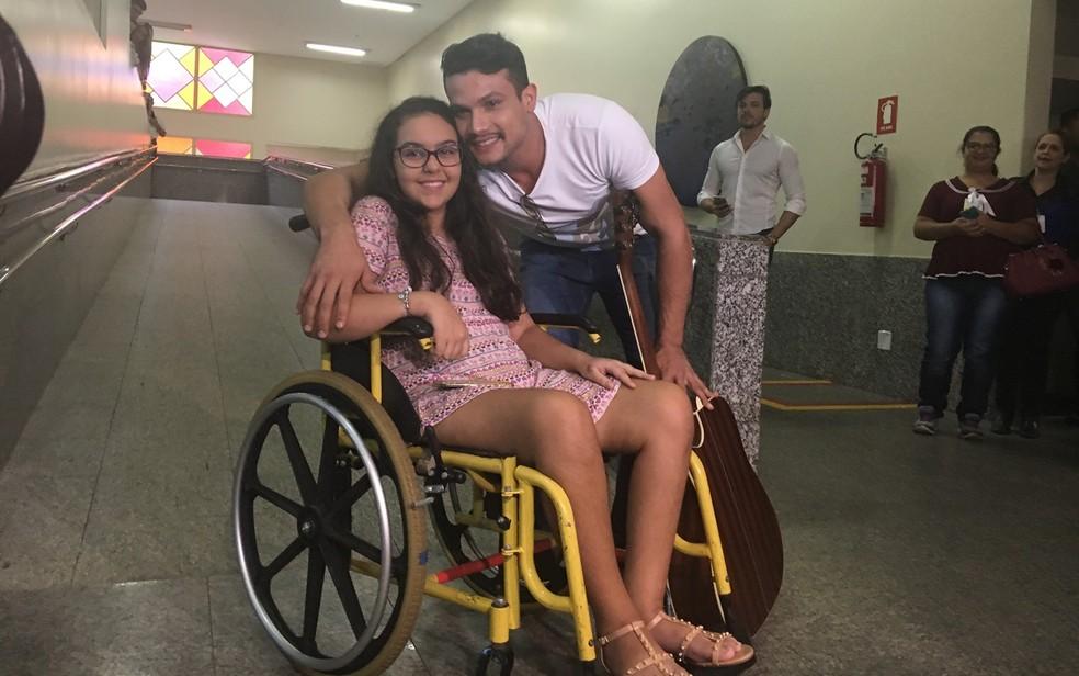 Estudante Isadora de Morais, que ficou paraplégica ao seu baleada em colégio, recebeu visita do cantor Israel Novaes, em Goiânia, Goiás (Foto: Vanessa Martins/G1)
