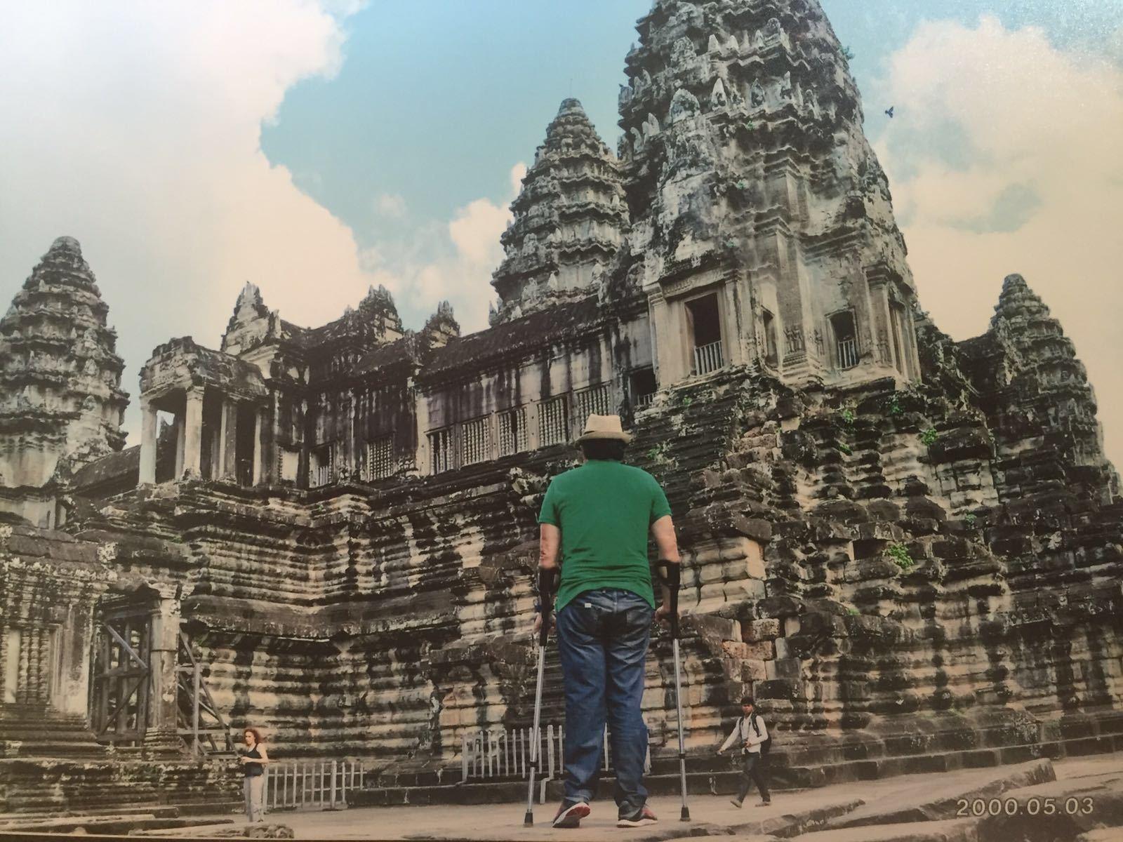 Luiz subindo as escadas do templo no Camboja